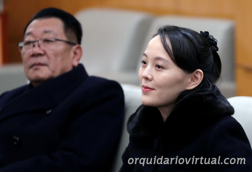 Kim Jung Q ผู้นำประเทศเกาหลีเหนือเดินทางเยี่ยมหมู่บ้านที่ถูกน้ำท่วมจากพายุไต้ฝุ่นเมื่อไม่กี่วันที่ผ่านมาเพื่อดูความพยายามในการฟื้นฟูของเหล่าพนักงานกับน้องสาวของเขาในการปรากฏตัวต่อหน้าสาธารณชนครั้งแรกในรอบสองเดือน