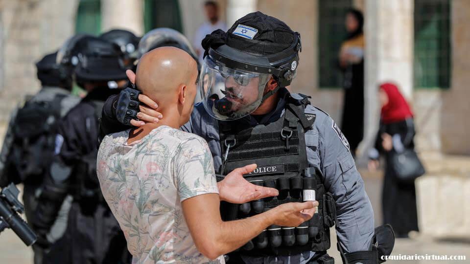 Israeli police มื่อวันอาทิตย์ที่ผ่านมาตำรวจอิสราเอลได้ปลดสิ่งกีดขวางออกจากบริเวณใกล้กับมัสยิดอัลอักซอในเยรูซาเล็มตะวันออกที่ถูกยึดครอง