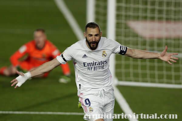 Real Madrid beat ก้าวขึ้นสู่อันดับหนึ่งของลาลีกาหลังจากการจบสกอร์ของคาริมเบนเซมาช่วยให้พวกเขาคว้าชัยชนะเหนือบาร์เซโลนา 2-1